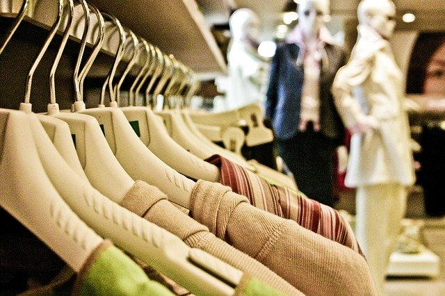 Shopping_Kleidungsstücke_Geschäft_Nachhaltiges Shoppen