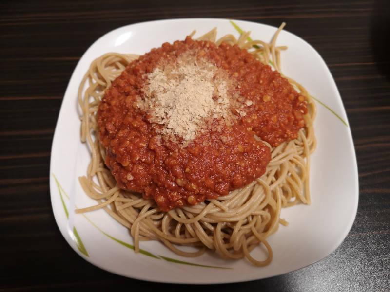 Vegane-Spaghetti-Bolognese-mit-Linsen-Hefeflocken