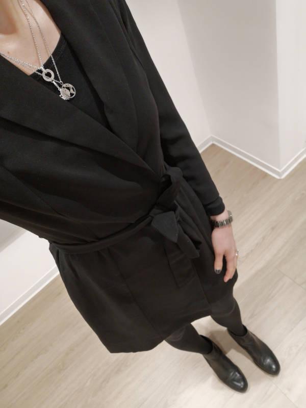 Schwarzes Blazerkleid schwarze Chelsea Boots