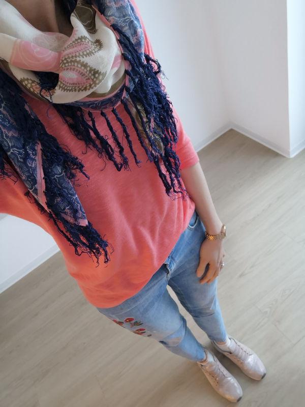 Fransentuch_korallfarbenes Oberteil_Jeans mit Blumenstickereien_metallic-rosé_Sneaker