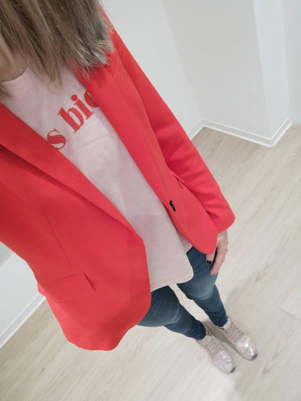 roter_Blazer_T-Shirt_Sneaker_look