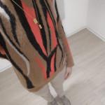 Lookbook_Muster_Sandro Paris_Pullover_beige Jeans-Sneaker_Goldschmuck